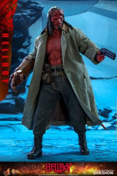 """Aus Hot Toys' luxuriöser """"Movie Masterpiece""""-Reihe kommt diese großartige Actionfigur aus dem Blockbuster """"Hellboy"""". Sie ist ca. 32 cm groß, trägt echte Stoffkleidung und kommt mit zahlreichen Austausch- und Zubehörteilen in einer schicken Fensterbox mit"""