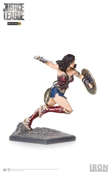 Zum DC Blockbuster Justice League kommt diese offiziell lizenzierte Statue aus Resin. Die im Maßstab 1/10 gehaltene Statue ist ca. 18 cm groß und kommt mit passender Base.