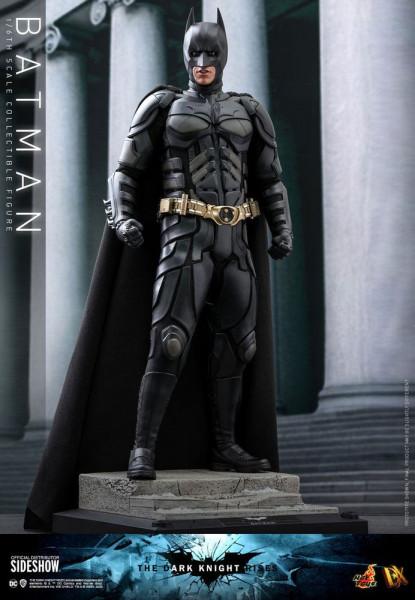 Aus Hot Toys´ luxuriöser ´Movie Masterpiece´-Reihe kommt diese grossartige Figur von Batman aus dem Blockbuster ´The Dark Knight Rises´. Wie gewohnt wird auch diese limitierte Figur im Maßstab 1:6 mit jeder Menge Zubehör und Austausch-Teilen geliefert. Si