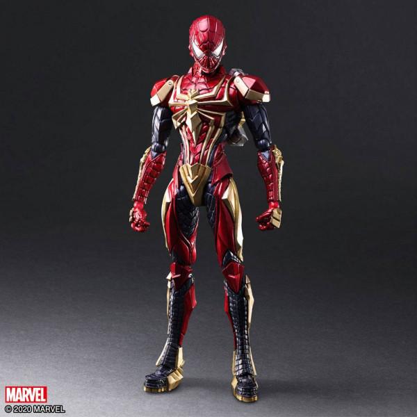 Die dritte Figur der BRING ARTS MARVEL UNIVERSE VARIANT-Reihe von Tetsuya Nomura ist der heldenhafte SPIDER-MAN!<br /><br />Sein Anzug ist mit einem dreidimensionalen Spinnennetzmuster versehen, das in klaren Linien gehalten ist und in Rot, Blau und Gold