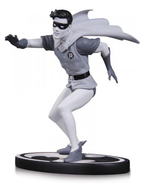 Aus DC Directs beliebter ´Batman Black & White´ Reihe kommt diese großartige Resin-Statue von Robin nach einem Entwurf von Carmine Infantino. Sie ist ca. 15 cm groß und steht auf einer Base mit Batman-Logo. Limitiert auf 5200 Stück.