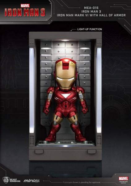 """Zu Marvels Blockbuster ´Iron Man 3´ kommt diese detailreiche Actionfigur aus der ´Egg Attack Action´ Serie von Beast Kingdom Toys. Sie wird mit weiterem Zubehör sowie Teilen der """"Hall of Armor"""" mit LED-Leuchtfunktionen geliefert. Sie ist ca. 8 cm groß."""