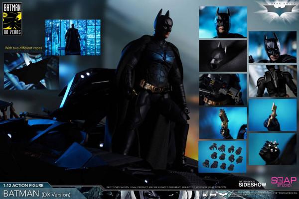 """Aus dem Blockbuster """"The Dark Knight"""" kommt diese großartige Actionfigur vom Batman. Sie ist ca. 17 cm groß, trägt echte Stoffkleidung und wird mit weiterem Zubehör und Austauschteilen geliefert."""