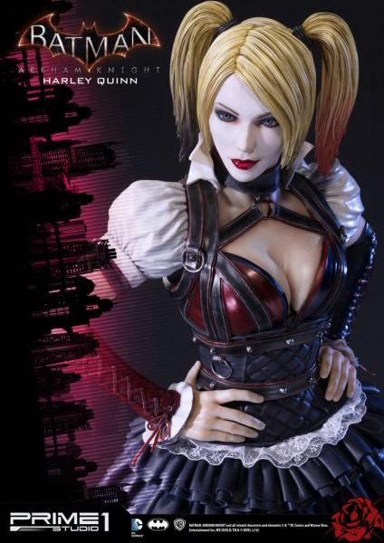 Zum Videospiel ´Batman Arkham Knight´ kommt diese fantastische Statue von Harley Quinn im Maßstab 1:3. Sie ist ca. 73 cm groß und wurde aus hochwertigem Polystone gefertigt.Das edle Sammlerstück wird mit ansprechender Base geliefert.Zubehör:- 3x austausch