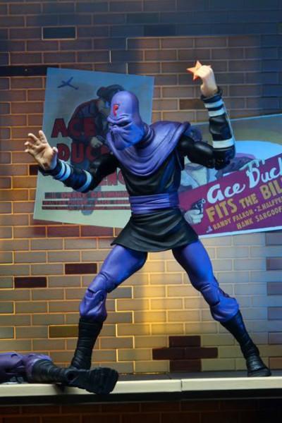 """Zur 1980er Zeichentrickserie """"Teenage Mutant Ninja Turtles"""" kommt diese detailreiche Actionfigur. Sie ist ca. 18 cm groß und wird zusammen mit weiterem Zubehör in einer Fensterbox geliefert."""