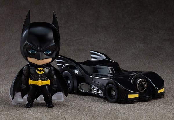 Zum Film ´Batman (1989)´ kommt diese detailreiche Actionfigur von Batman im ´Nendoroid´-Design. Sie ist ca. 10 cm groß und wird mit Base geliefert.