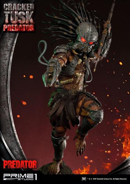 """Zu den """"Predator"""" Comics kommt diese fantastische Statue vom Cracked Tusk Predator. Sie ist ca. 101 x 49 x 75 cm groß und wurde aus hochwertigem Polystone gefertigt. Sie verfügt außerdem über LED-Leuchtfunktionen in der Schulterkanone und in den Augen.Das"""