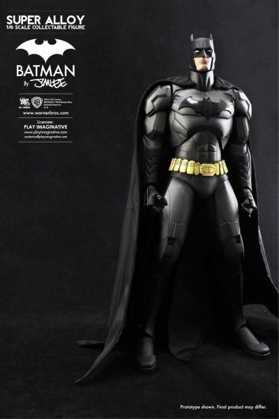 Nach einem aktuellen Entwurf von Jim Lee enstand diese fantastische Batman ´Super Alloy´ Figur. Sie ist voll beweglich (über 50 Artikulationspunkte) und besteht zu 85% aus Metall. Das Gesicht wurde aus PVC skulptiert und mit einer realistischen Haut-Textu