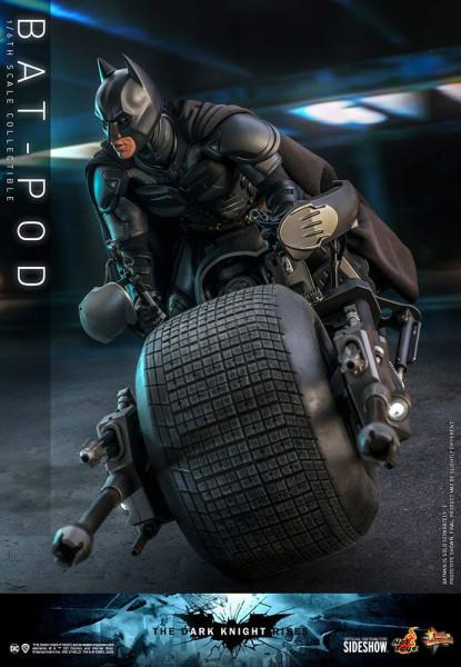Aus Hot Toys´ luxuriöser ´Movie Masterpiece´-Reihe kommt diese grossartige Nachbildung des Bat-Pods, zu sehen in ´The Dark Knight Rises´. <br /><br />Das Modell verfügt über eine LED-Funktion. <br /><br />Die Batman Figur ist im Lieferumfang nicht enthal
