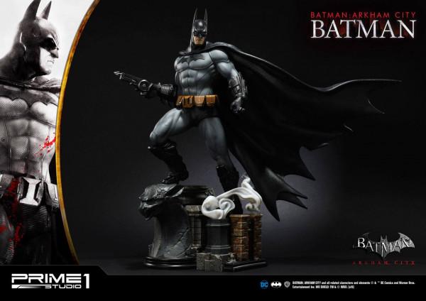 """Prime 1 Studio präsentiert diese fantastische Statue von Batman im Maßstab 1/5 aus dem Videospiel """"Batman: Arkham City"""". Sie ist ca. 55 x 52 x 41 cm groß und wurde aus hochwertigem Polystone gefertigt.Das limitierte Sammlerstück wird mit ansprechender Bas"""