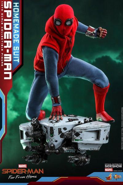"""Aus Hot Toys' luxuriöser """"Movie Masterpiece""""-Reihe kommt diese großartige Actionfigur aus dem Marvel Blockbuster """"Spider-Man: Far From Home"""". Sie ist ca. 29 cm groß, trägt echte Stoffkleidung und kommt mit zahlreichen Austausch- und Zubehörteilen in einer"""
