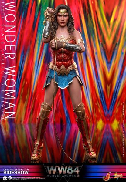 Aus Hot Toys´ luxuriöser ´Movie Masterpiece´-Reihe kommt diese großartige Figur aus dem Film ´Wonder Woman 1984´. Sie ist ca. 30 cm groß, trägt echte Stoffkleidung und kommt mit zahlreichen Austausch- und Zubehörteilen in einer schicken Fensterbox mit Sch
