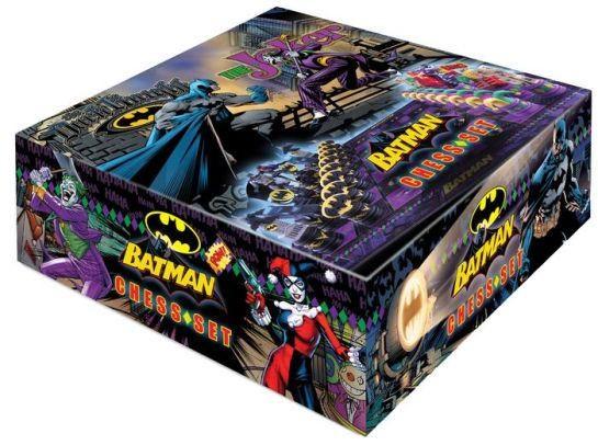 Zu DC Comics kommt dieses qualitativ hochwertige Schachspiel. Die 32 Schachfiguren aus Kunststoff sind zwischen 5 und 11 cm groß. Komplett wird das Set mit dem Spielbrett mit einer Abmessung von 47 x 47 cm.