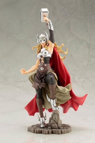 Aus Kotobukiyas beliebter ´Bishoujo´-Reihe kommt diese aufregende PVC Statue von Thor.Die von Shunya Yamashita entworfene Statue ist ca. 31 cm groß und wird mit ansprechender Base in einer Fensterbox geliefert.