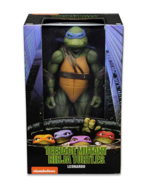 """Zur 1990er Comicverfilmung """"Teenage Mutant Ninja Turtles"""" kommt diese detailreiche Actionfigur im Maßstab 1/4. Sie ist ca. 42 cm groß und wird zusammen mit weiterem Zubehör und austauschbaren Teilen in einer Fensterbox geliefert."""