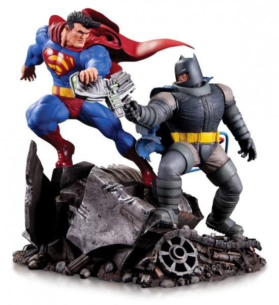 In dieser Reihe erscheinen Neuauflagen erfolgreicher Statuen von DC Collectibles in kleinerem Format, aber mit gleicher Qualität. Die detailreiche Statue aus hochwertigem Resin ist ca. 16 cm gross und auf 5000 Stück limitiert.