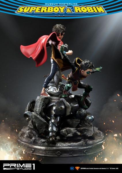 """Prime 1 Studio präsentiert diese fantastische Statue von Superboy & Robin aus dem """"DC Comics"""" Universum. Die im Maßstab 1/3 gehaltene Statue ist ca. 65 x 62 x 52 cm groß und wurde aus hochwertigem Polystone gefertigt.Das limitierte Sammlerstück wird mit a"""