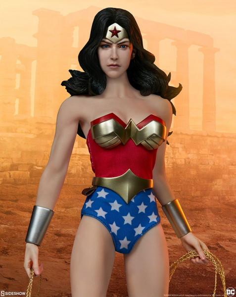 Aus Sideshow Collectibles' Sixth Scale DC Comics Reihe kommt diese detailreiche Actionfigur. Sie ist ca. 30 cm groß, trägt echte Stoffkleidung und wird mit weiterem Zubehör und Austauschteilen in einer Fensterbox mit Klappdeckel geliefert.