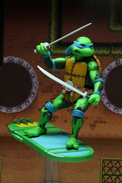"""Zum Videospiel """"Teenage Mutant Ninja Turtles: Turtles in Time"""" kommt diese detailreiche Actionfigur. Sie ist ca. 18 cm groß und wird zusammen mit weiterem Zubehör in einer Fensterbox geliefert.ACHTUNG! Aufgrund der grossen Nachfrage und der kleinen Aufla"""