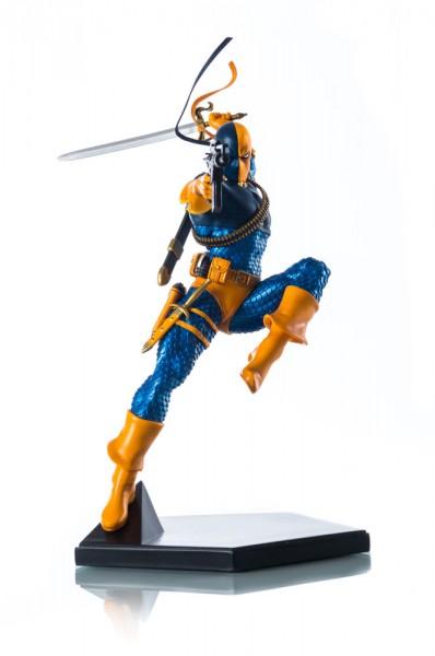 Aus dem DC Comics Universum kommt diese offiziell lizenzierte Statue aus Resin von Deathstroke. Die im Maßstab 1/10 gehaltene Statue ist ca. 23 cm groß und kommt mit passender Base.