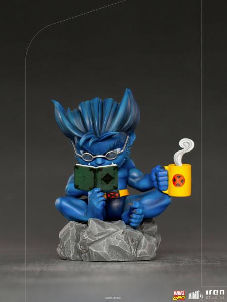 """Aus Iron Studios """"Mini Co.""""-Reihe kommt diese detailreiche Minifigur aus PVC. Sie ist ca. 14 x 10 x 9 cm groß und wird inkl. Base in einer Fensterbox geliefert."""