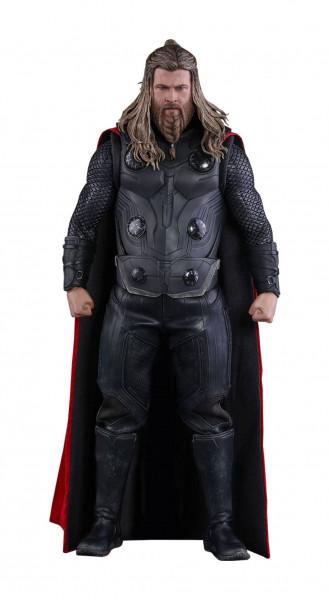 """Aus Hot Toys' luxuriöser """"Movie Masterpiece""""-Reihe kommt diese großartige Figur aus dem Marvel Blockbuster """"Avengers: Endgame"""". Sie ist ca. 32 cm groß, trägt einen echten Stoffmantel und kommt mit zahlreichen Austausch- und Zubehörteilen, in einer schicke"""