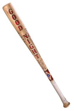 Wir sind die Bösen, wir tun sowasZum DC Blockbuster ´Suicide Squad´ kommt diese Replik von Harley Quinn's Baseballschläger. Der Baseballschläger aus echtem Holz ist ca. 80 cm lang und wird in einer bedruckten Fensterbox geliefert.