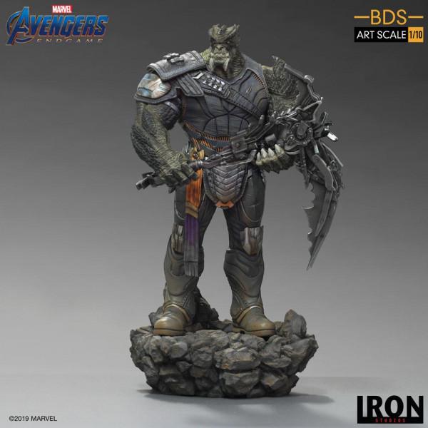 """Zum Marvel Blockbuster """"Avengers: Endgame"""" kommt diese offiziell lizenzierte Statue aus Resin. Die im Maßstab 1/10 gehaltene Statue ist ca. 36 cm groß und kommt mit passender Diorama-Base."""