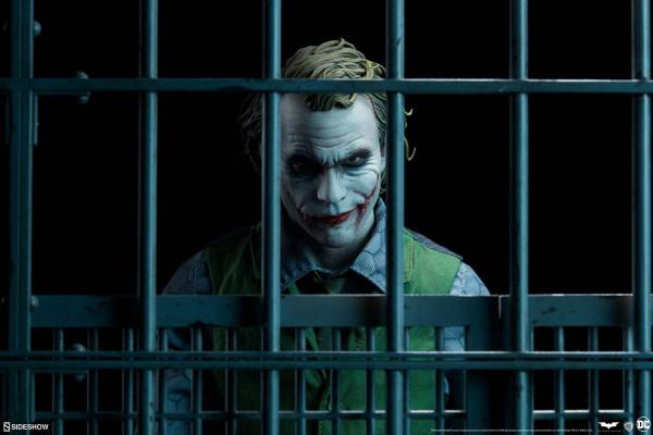 Diese großartige Statue zeigt Joker aus dem Film ´Batman: The Dark Knight´. Die hochwertige Figur aus Sideshow´s ´Premium Format´ Reihe ist ca. 51 x 33 x 25 cm groß und wurde aus Polystone gefertigt. Sie ist handbemalt und wurde handnummeriert. Geliefert