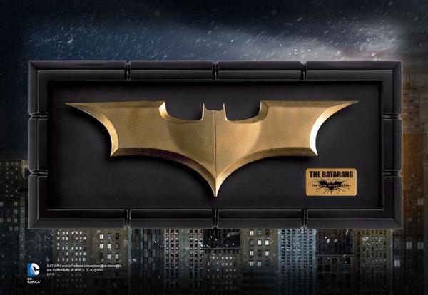 Zum Kassenschlager ´Batman The Dark Knight Rises´ kommt diese originalgetreue Nachbildung von Batmans Batarang in Originalgrösse.<br /><br />Das hochwertige Sammlerstück ist ca. 20 cm lang und kommt im edlen Display zur ansprechenden Präsentation.