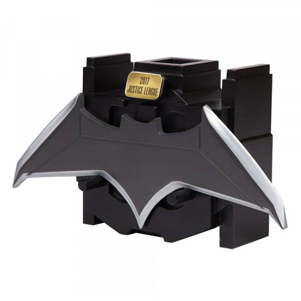 """Zum 2017er Film """"Justice League"""" kommt diese originalgetreue Nachbildung von Batmans Batarang.<br /><br />Das hochwertige Sammlerstück aus Metall ist ca. 6 x 20 cm groß und wird inkl. Displayständer zur ansprechenden Präsentation geliefert."""