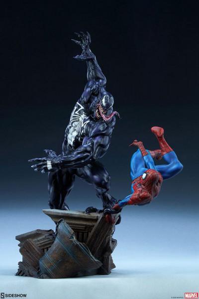 Sideshow präsentiert diese großartige Statue von Spider-Man vs Venom aus hochwertigem Resin. Sie ist ca. 56 x 43 x 30 cm groß und wird inkl. Base, styropor-geschützt, im bedruckten Karton geliefert.<br /><br /><b>Wichtiger Hinweis:</b> Aufgrund der Größe