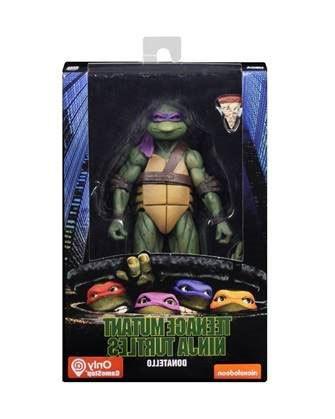 """Zur 1990er Comicverfilmung """"Teenage Mutant Ninja Turtles"""" kommt diese detailreiche Actionfigur. Sie ist ca. 18 cm groß und wird zusammen mit weiterem Zubehör in einer Fensterbox geliefert."""